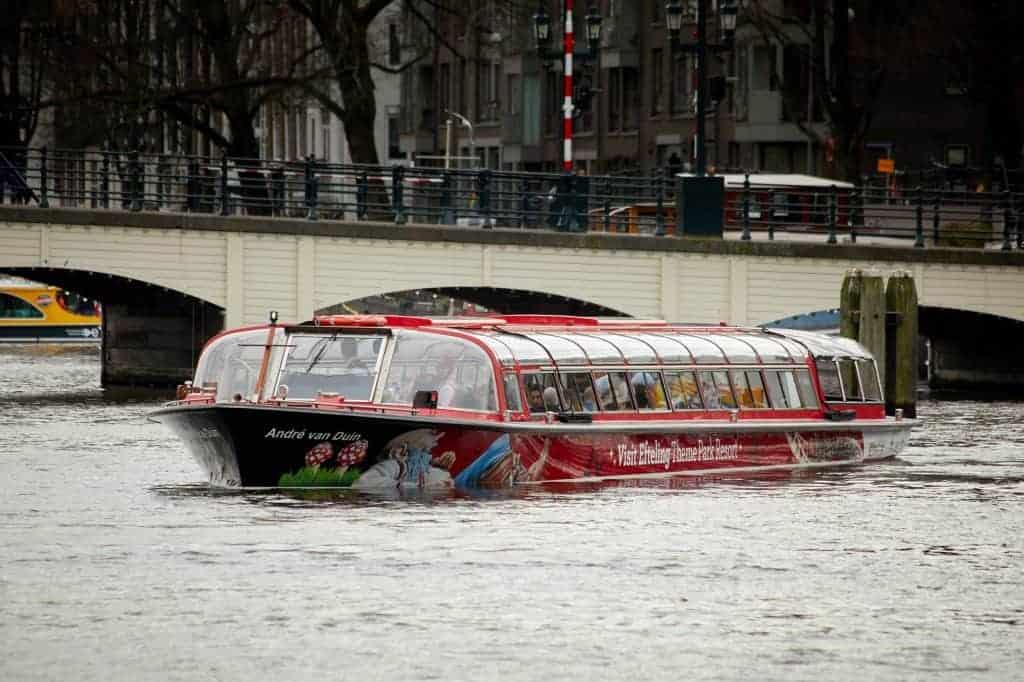 Efteling-rondvaartboot kiest ruime sop in Amsterdamse grachten